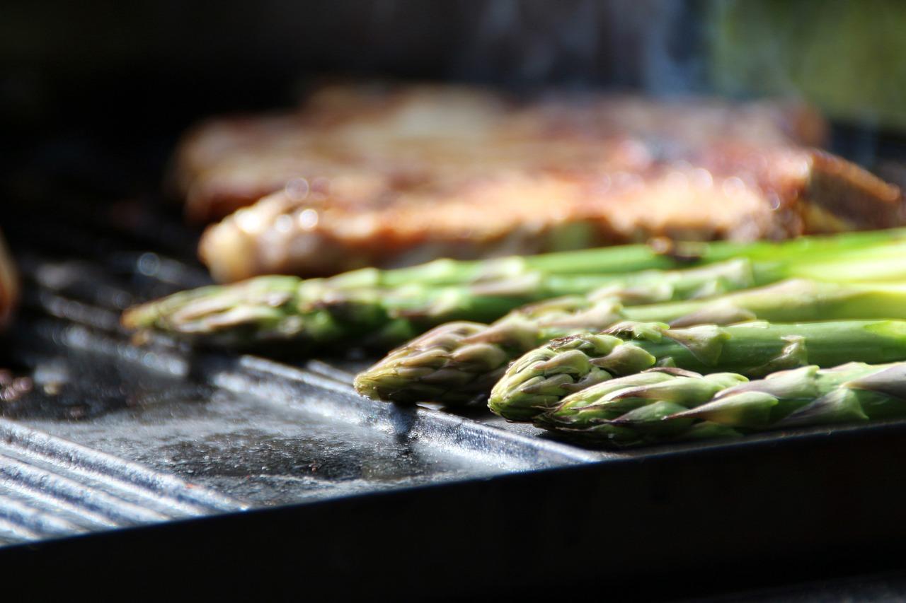 Richtiges Grillen für die perfekte Sommerfigur: Gegrillter grüner Spargel mit Saltimbocca